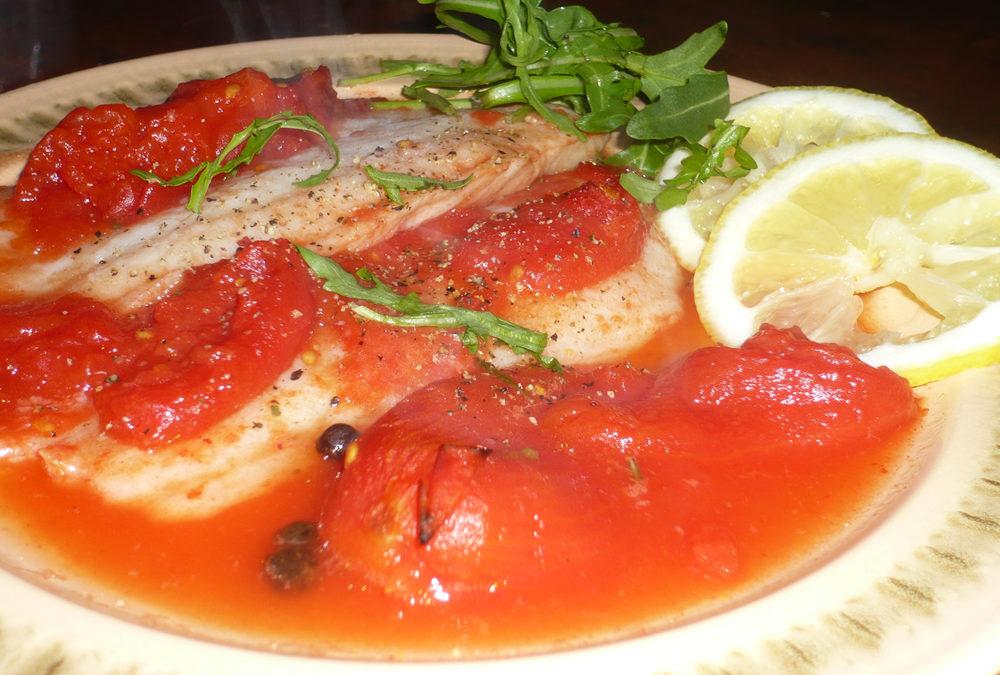 Pește la cuptor cu sos de roșii și rozmarin