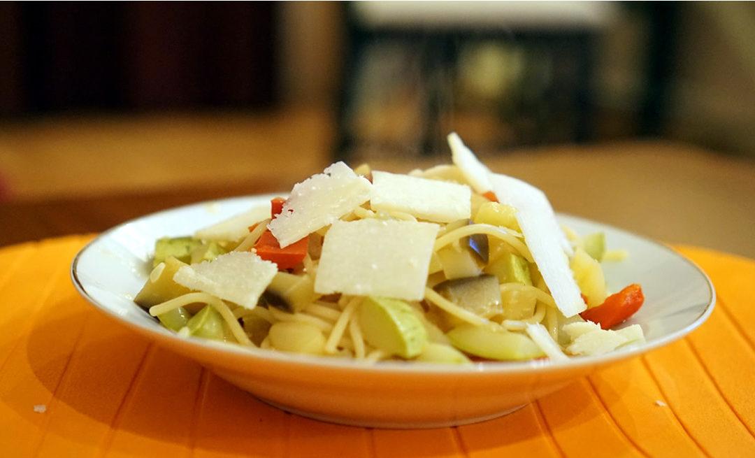 Paste cu legume, ulei de măsline și bucătăreasa frumoasă